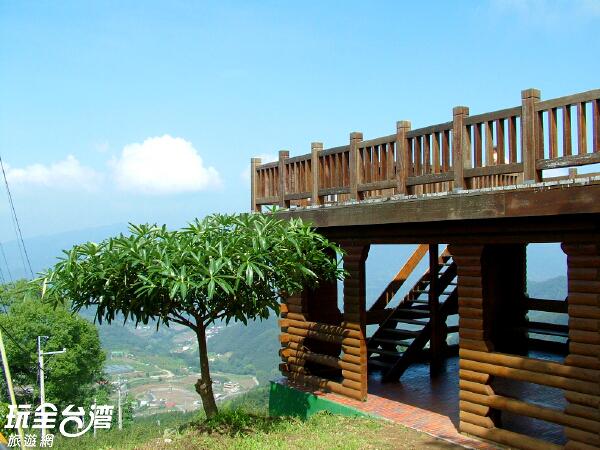 馬拉邦山上有著眺望台讓遊客休憩/玩全台灣旅遊網攝