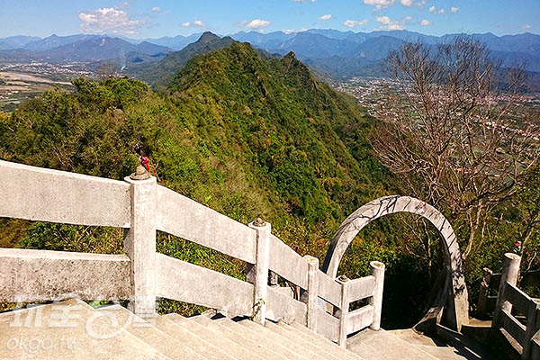 轉個身便又可欣賞到靈山的壯碩/玩全台灣旅遊網特約記者蔡忻容攝
