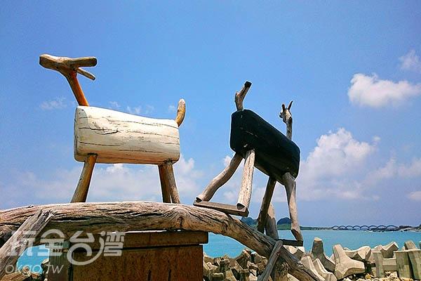 木頭羊佇立在堤防上享受東部熱情如火的陽光/玩全台灣旅遊網特約記者蔡忻容攝