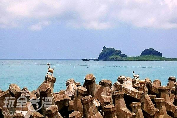 佇立在消波塊上的木頭羊/玩全台灣旅遊網特約記者蔡忻容攝