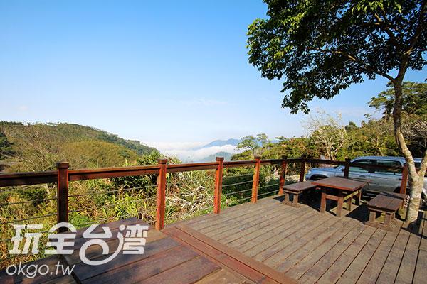站在景觀台上可見雲海和山景/玩全台灣旅遊網攝