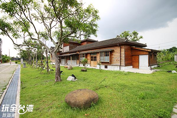 純日式建築坐落在青翠草皮中,顯得清幽/玩全台灣旅遊網攝