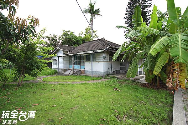 香蕉樹和雜生草叢讓老屋更幽靜了/玩全台灣旅遊網攝