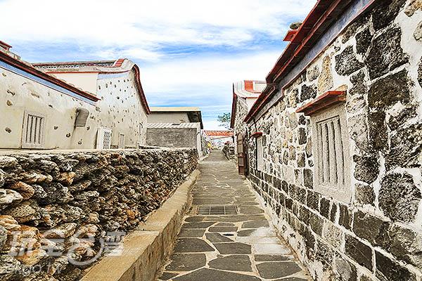 牆上的咕咾石、玄武岩完全就地取材/玩全台灣旅遊網特約記者陳健安攝