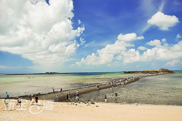 遊客們陸陸續續前往赤嶼探險/玩全台灣旅遊網特約記者陳健安攝