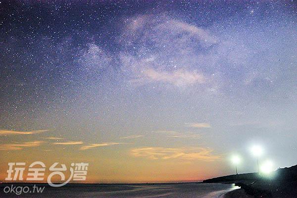 遠方的風車襯托著銀河/玩全台灣旅遊網特約記者陳健安攝