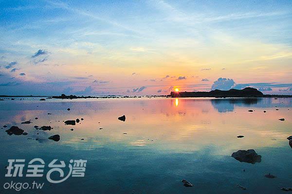 映著海面彷彿鏡子般/玩全台灣旅遊網特約記者陳健安攝