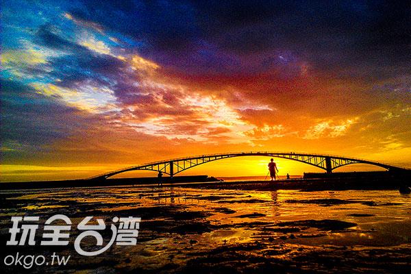 傍晚的西瀛虹橋在火紅夕陽的襯托下,散發著孤獨的盎然氣息/特約記者陳健安提供