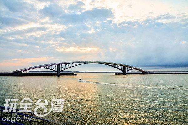 白日的西瀛虹橋坐落在海中央顯得高雅挺立/特約記者陳健安提供