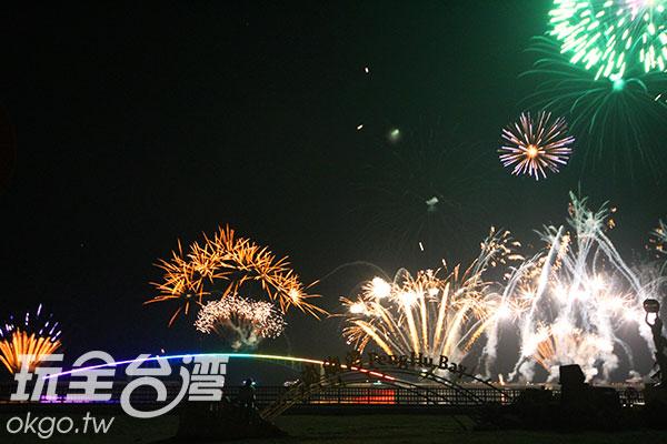 五顏六色、種類繁多的煙火交織組合/玩全台灣旅遊網攝