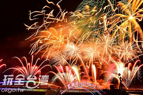 煙花衝上天際後隨即接續炸開,形成一幅璀璨的圖畫/特約記者陳健安提供