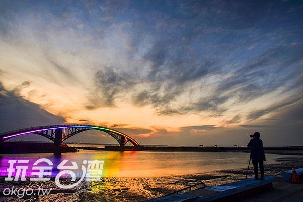 隨著天色漸暗,點亮了七彩燈火的虹橋,瞬間變得柔和/特約記者陳健安提供
