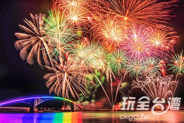 燦爛炫目的煙花搭配七彩的西瀛虹橋,格外璀璨/特約記者陳健安提供