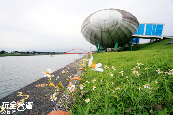 與好友知己來到河畔談天放鬆心情/玩全台灣旅遊網攝