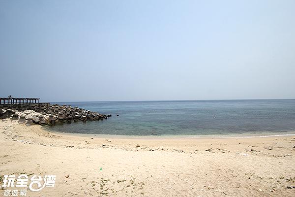 平緩的沙灘適合戲水玩沙/玩全台灣旅遊網攝