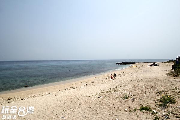 漫步在潔淨的沙灘上讓人心情放鬆/玩全台灣旅遊網攝
