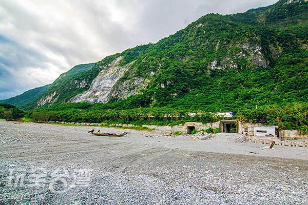 崇德海灘上有平台與步道可前往/玩全台灣旅遊網攝