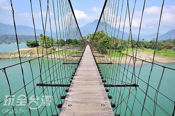 同心吊橋連接著情人公園/玩全台灣旅遊網特約記者吳明倫攝