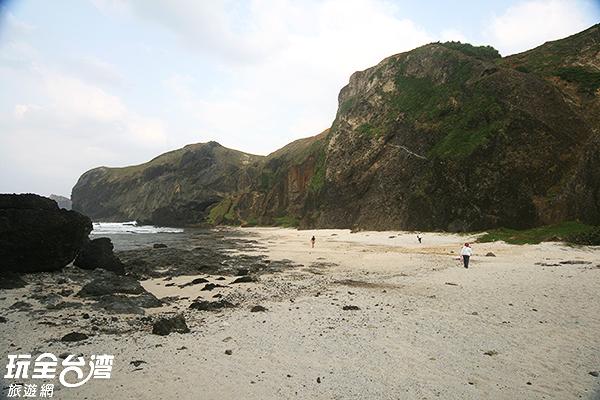 要到燕子洞需先經過石子路及沙灘/玩全台灣旅遊網攝