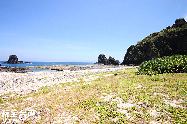由珊瑚裙礁、白色珊瑚礁貝砂灘組成的沙灘,其實並不平滑/玩全台灣旅遊網攝