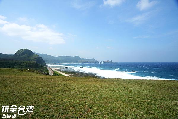 翠綠草原交織碧海,構成極佳之景緻/玩全台灣旅遊網攝