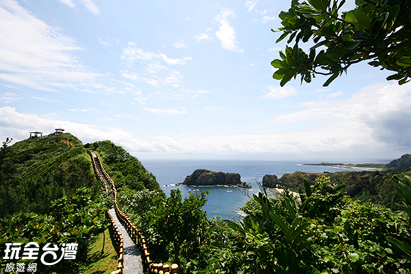 沿著步道,哈巴狗和睡美人岩的輪廓從遠而近,逐漸清晰/玩全台灣旅遊網攝