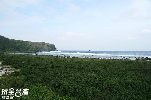 綠草如茵銜接著碧海藍天/玩全台灣旅遊網攝