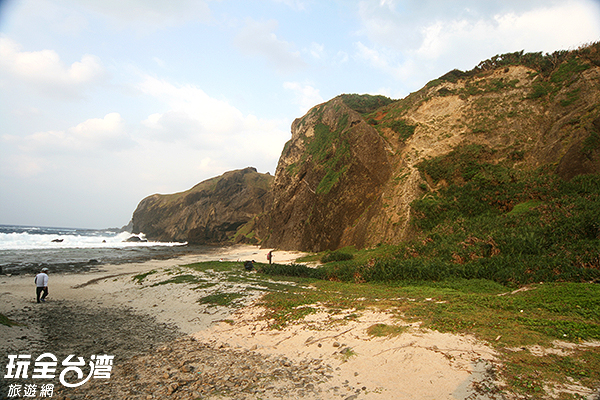 因為海蝕而生成的燕子洞位於海邊/玩全台灣旅遊網攝