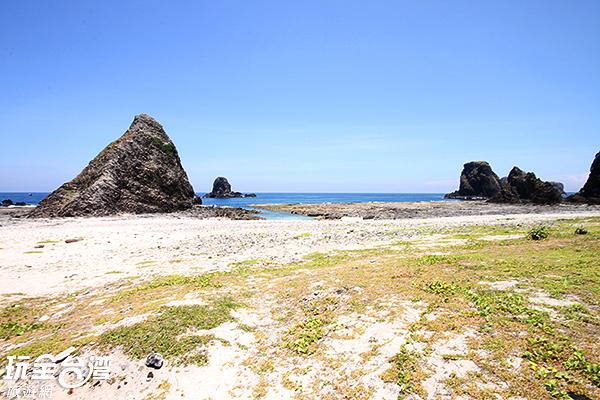 海蝕洞、火山岩頸等地質景觀讓這裡的可看性更高/玩全台灣旅遊網攝