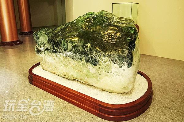 重達6892公斤的翡翠玉石,被信眾視為鎮山之寶/玩全台灣旅遊網特約記者蔡忻容攝