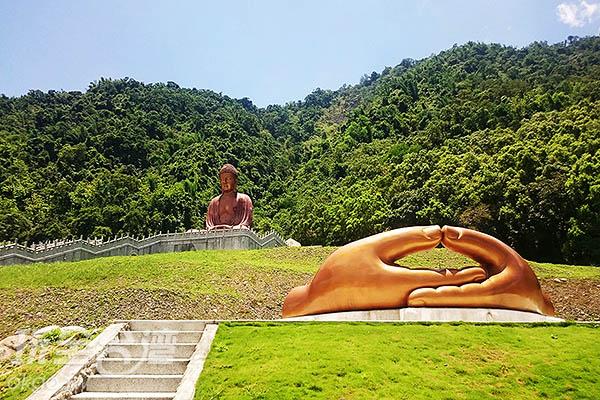 六龜大佛與天下第一手分開的樣子/玩全台灣旅遊網特約記者蔡忻容攝