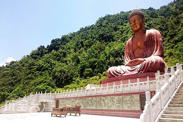 莊嚴的六龜大佛,帶給人們詳和安定的感覺/玩全台灣旅遊網特約記者蔡忻容攝