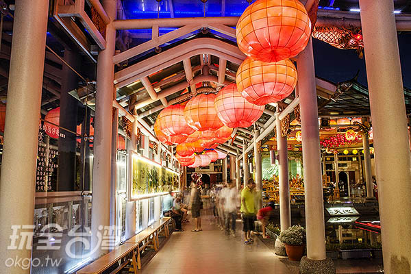 不少民眾夜晚到此散步/玩全台灣旅遊網特約記者陳健安攝