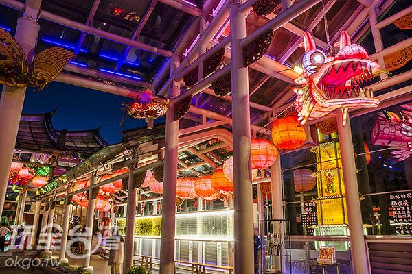 上方的燈「龍」,圍繞整間廟宇/玩全台灣旅遊網特約記者陳健安攝