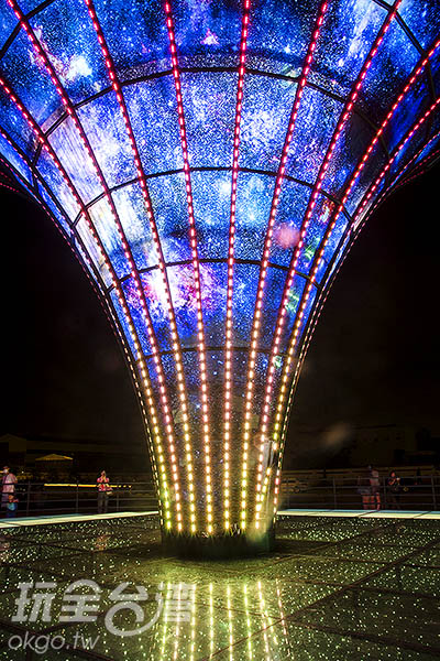 固定的銀河底圖,搭配千變萬化的LED燈飾/玩全台灣旅遊網特約記者陳健安攝