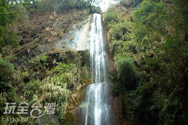 傾瀉而下的瀑布壯觀且充滿負離子/玩全台灣旅遊網攝