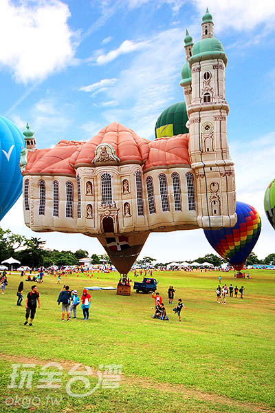 在漂亮的熱氣球前許下神聖的諾言,甜蜜又浪漫/玩全  台灣旅遊網攝