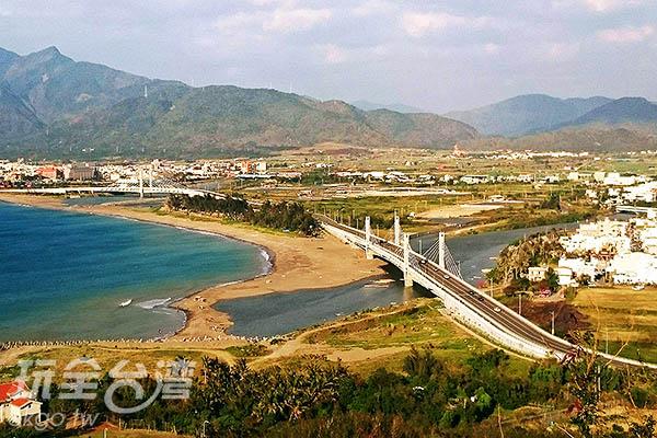 沿路順走再來到聽濤坪,就可以看到與世無爭的蔚藍海域囉!/玩全台灣旅遊網特約記者蔡忻容攝