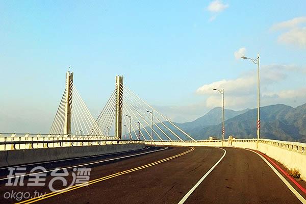 於2016年一月底啟用的車城濱海景觀公路斜張橋/玩全台灣旅遊網特約記者蔡忻容攝