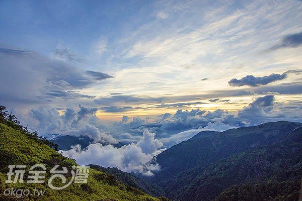 隨著夕陽西下,高山美景氣勢磅礡/玩全台灣旅遊網特約記者陳健安攝