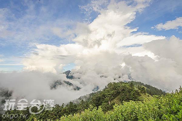 一旁的山巒、雲霧千變萬化/玩全台灣旅遊網特約記者陳健安攝