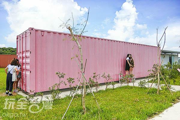 不少女生排隊等拍粉紅貨櫃/玩全台灣旅遊網特約記者陳健安攝