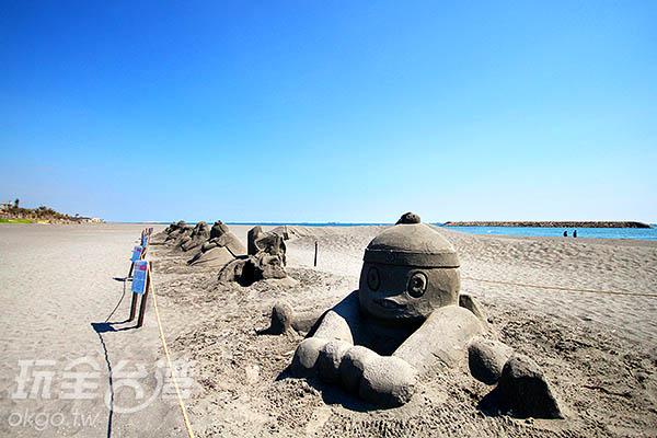 看完沙雕,可到後方的蔚藍海洋散步(2015黑沙展)/玩全台灣旅遊網攝