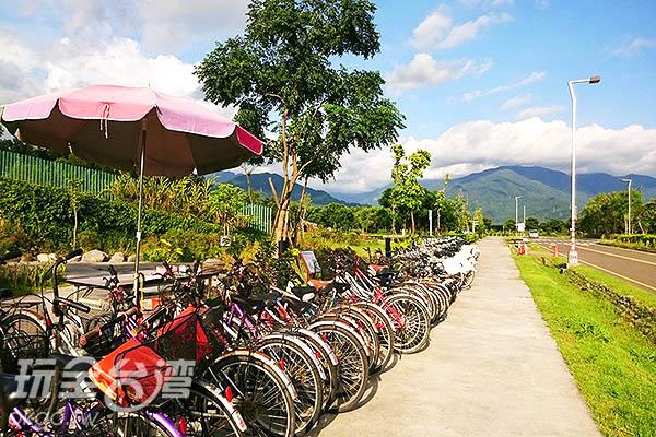 遊客中心廣場前有腳踏車可租借/玩全台灣旅遊網特約記者蔡忻容攝