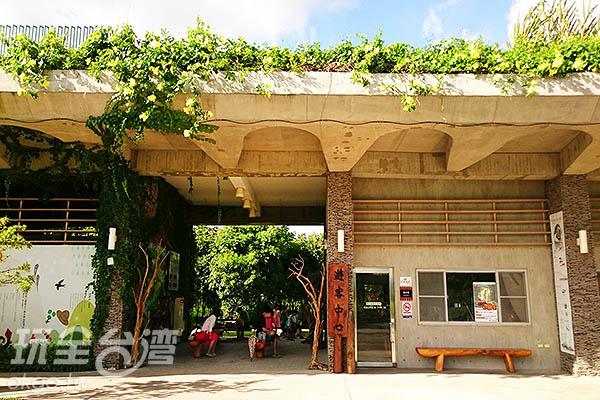 遊客中心以原民彎月傳說作為造型發想,結合地景建築概念,利用土坡與綠化將遊客中心低調的融入森林環境中。/玩全台灣旅遊網特約記者蔡忻容攝