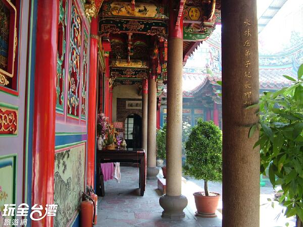 歷史悠久的廟宇雕梁畫棟相當精緻/玩全台灣旅遊網攝