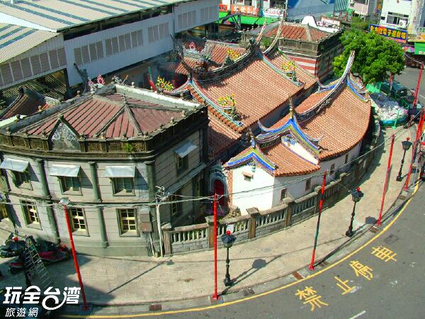 由上往下俯瞰整個北港朝天宮喔,最遠還可以看到復興鐵橋呢/玩全台灣旅遊網攝
