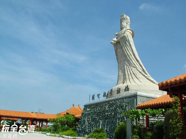 媽祖身像襯托藍天顯得莊嚴肅穆,令人感到祥和平靜/玩全台灣旅遊網攝