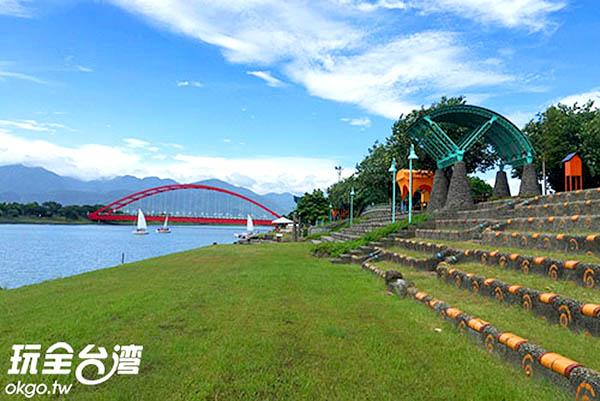 大紅色的橋樑襯托淡藍河水顯得清幽宜人/玩全台灣旅遊網攝