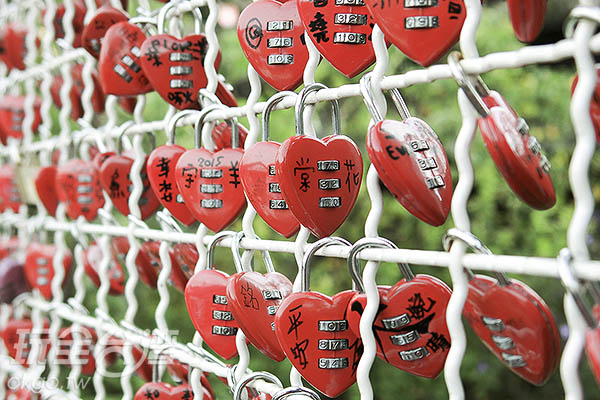 心鎖牆上掛滿了情侶間的祝福/玩全台灣旅遊網特約記者陳健安攝